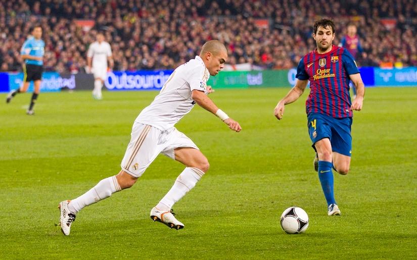 שחקנים באמצע משחק כדורגל במדריד